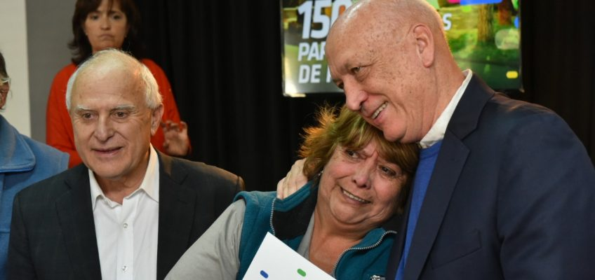 El candidato a gobernador Antonio Bonfatti participó del acto de entrega de 150 escrituras de viviendas a vecinos de Rosario.