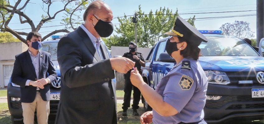 El gobernador Omar Perotti entregó móviles para la policía y fondos para obras menores y atención Covid